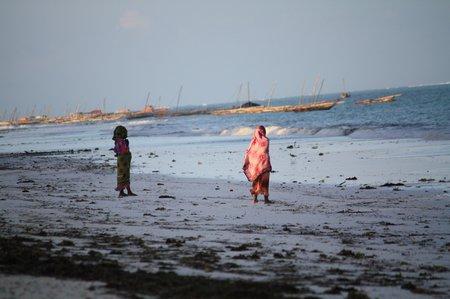 Frauen am Strand von Sansibar