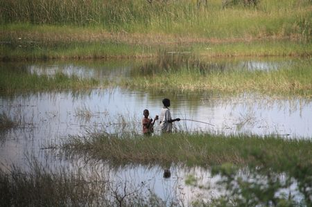 Kinder im Sumpf