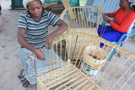Handarbeit am Straßenrand in Botswana